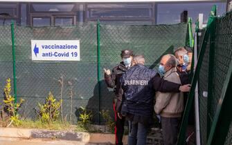 Gente in attesa per i vaccini anti-Covid a Potenza