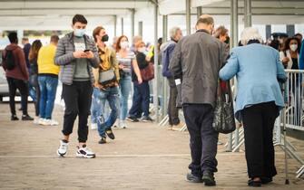 Persone in attesa all'hub vaccinale di Fuorigrotta a Napoli