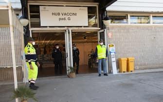 Carabinieri e volontari della Protezione civile all'ingresso dell'hub vaccinale alla Fiera di Cagliari
