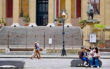 Gente a passeggio nel centro di Palermo
