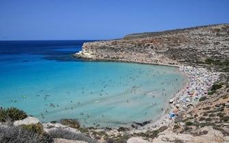 La spiaggia dei Conigli, isola di Lampedusa, 5 agosto 2020. ANSA/ALESSANDRO DI MEO