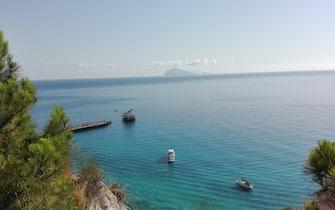 Il golfo di Porticello nell'isola di Lipari (Messina). Sullo sfondo l'Isola di Panarea, 7 Luglio 2016. ANSA/ BENOIT GIROD  Tramonto alle isole Eolie (Messina), lo scoglio di Stombolicchio al largo di Stromboli, 7 Luglio 2016. ANSA/ BENOIT GIROD