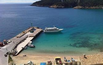 L'attracco sull' isola di San Nicola visto dall'alto, di fronte l'isola di San Domino. Isole Tremiti, in una immagine del 08 aprile 2012 ANSA/MONICA DIAMANTI