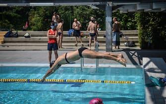 La piscina comunale centro sportivo Saini riaperta al pubblico dopo il lockdown chiusura per l emergenza coronavirus Covid-19, Milano 1 Giugnoo 2020. Ansa/Matteo Corner