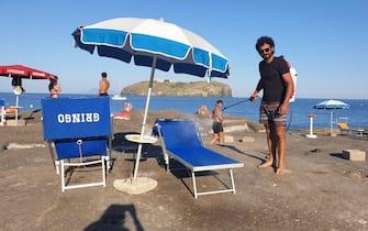 Sanificazione lettini da mare alla scoglera del faro a Ventotene