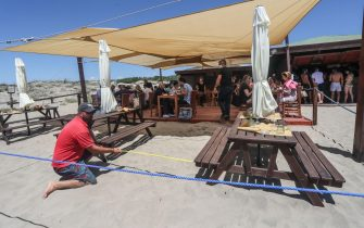 20/06/2020, Ostia, Capocotta, assalto alle spiagge nel primo week-end di sole della stagione. Capocotta, in foto il distanziamento tra un tavolo e l'altro del bar con il pienone