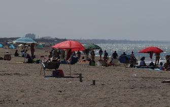 Sole e temperature oltre i 25°C sul Litorale Romano, con un afflusso alto di persone in spiaggia sul Lido di Castel Porziano e Ostia. 09 MAGGIO 2021, OSTIA, ROMA. ANSA/EMANUELE VALERI