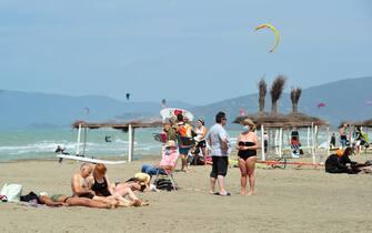 Turisti in spiaggia a Marina di Grosseto, Toscana