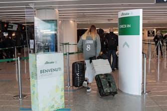 Alcune postazioni check-in della compagnia Alitalia all'aeroporto di Fiumicino, Roma, 11 maggio 2021. Dopo il primo effettuato lo scorso 23 aprile, il sindacato USB ha proclamato per il 15 maggio il secondo sciopero nazionale dell'intero settore del trasporto aereo, dei vettori e di tutti i settori aeroportuali.  ANSA / Telenews