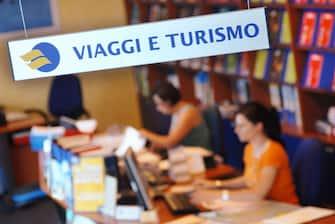 Un'immagine di un agenzia di viaggi.  Saranno poco più di 33 milioni, come lo scorso anno, gli italiani che quest'anno, tra giugno e settembre, trascorreranno almeno una notte fuori casa. I dati sono stati resi noti oggi, 26 luglio 2011, da Federalberghi. ANSA/ UFFICIO STAMPA FRIGERIO VIAGGI NETWORK +++ NO SALES - EDITORIAL USE ONLY +++