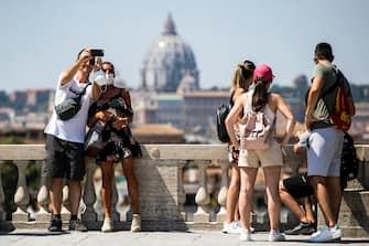 Turisti si scattano selfie sulla terrazza del Pincio a Roma