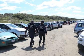 La polizia controlla le macchine dei turisti