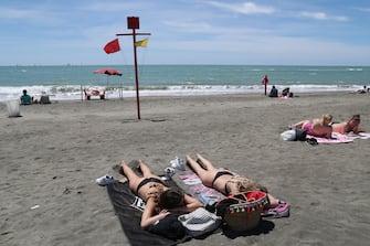 In spiaggia si prende il sole
