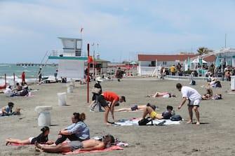 Gente in spiaggia che prende il sole