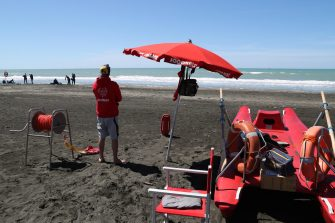 Bagnino in spiaggia controlla i turisti