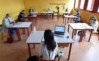 Studentessa davanti alla commissione d'esame, maturità 2020