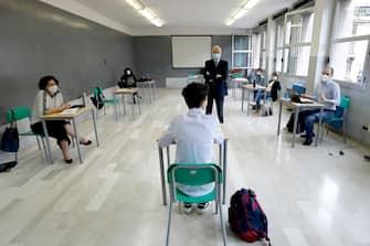 Uno studente durante la prova orale all'esame di maturita' al liceo scientifico statale Volta durante l'emergenza Coronavirus a Milano, 17 giugno 2020.ANSA/Mourad Balti Touati