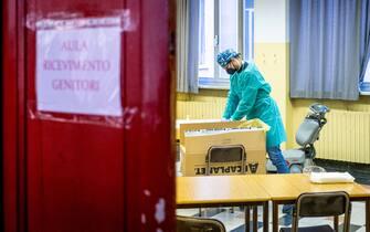 Medico si prepara a effettuare tamponi rapidi sugli studenti del Liceo Parini, Milano