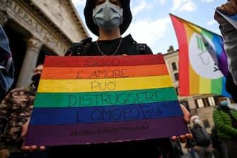 Un'immagine di una manifestazione LGBTQ+ in Italia