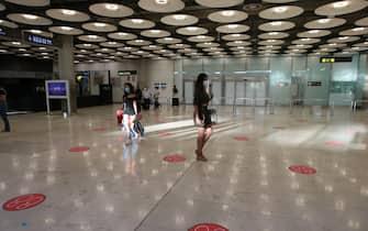 Corridoi semivuoti all'aeroporto Baraja Adolfo Suàrez di Madrid, Spagna