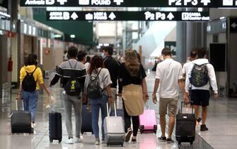 Passeggeri a un terminal arrivi di un aeroporto italiano