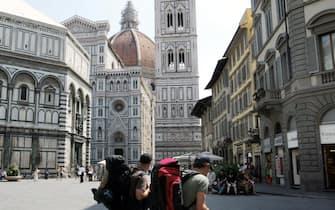 Turisti in giro per il centro storico di Firenze
