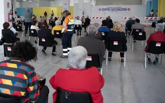 Gente in attesa per i vaccini anti-Covid a Pescara