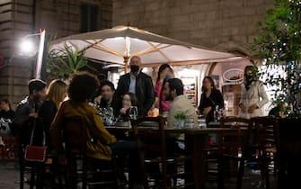 Un ristorante al centro storico della capitale prima del coprifuoco delle 23. Roma 19 maggio 2021ANSA/MASSIMO PERCOSSI