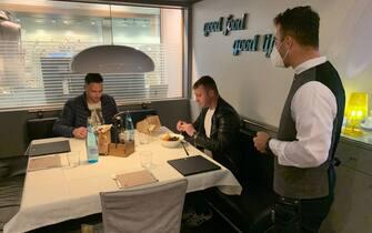 Il primo giorno in un ristorante con il Corona-Pass a Bolzano, 26 aprile 2021. G.News/ANSA