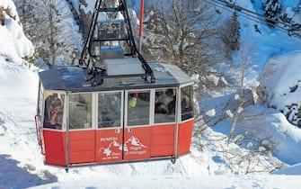 Famiglie e gruppi di amici in gita sulla neve,  Artavaggio, code agli impianti di risalita,  14 Febbraio,  2021,  ANSA/Andrea Fasani