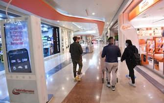 """Persone visitano il centro commerciale """"Galleria Borromea"""" a Peschiera Borromeo, vicino a Milano, 17 maggio 2021. Gli esercizi commerciali in mercati e centri commerciali, gallerie e parchi commerciali nelle giornate festive e prefestive riapriranno dal 22 maggio, nel primo weekend successivo al decreto legge Covid. ANSA/DANIEL DAL ZENNARO"""