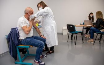 Healt worker administers anti-Covid-19 vaccine, in Matera, Italy, 08 May 2021. It began in Matera the initiative promoted by the Basilicata Region and local health company to administer, without reservation, 750 doses of vaccine anti-Covid-19 Astrazeneca to the people, with priority for some fragile categories.  ANSA/TONY VECE