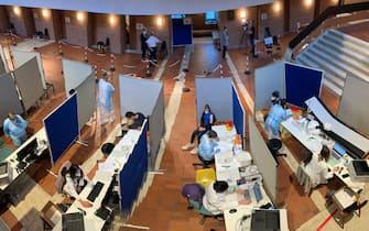 Operatori sanitari eseguono vaccini anti-Covid a Bressanone