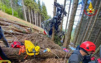 epa09223874 A handout photo made available by Italian Fire and Rescue Service shows Rescuers at work at the area of the cable car accident, near Lake Maggiore, northern Italy, 23 May 2021. The cable car that connects Stresa with Mottarone has crashed, claiming 14 lives, according to the latest toll. The accident has been caused by the failure of a rope, in the highest part of the route which, starting from Lake Maggiore reaches an altitude of 1,491 meters.  EPA/ITALIAN FIRE AND RESCUE SERVICE / HANDOUT  HANDOUT EDITORIAL USE ONLY/NO SALES