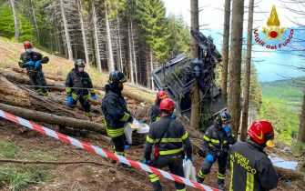 epa09223873 A handout photo made available by Italian Fire and Rescue Service shows Rescuers at work at the area of the cable car accident, near Lake Maggiore, northern Italy, 23 May 2021. The cable car that connects Stresa with Mottarone has crashed, claiming 14 lives, according to the latest toll. The accident has been caused by the failure of a rope, in the highest part of the route which, starting from Lake Maggiore reaches an altitude of 1,491 meters.  EPA/ITALIAN FIRE AND RESCUE SERVICE / HANDOUT  HANDOUT EDITORIAL USE ONLY/NO SALES