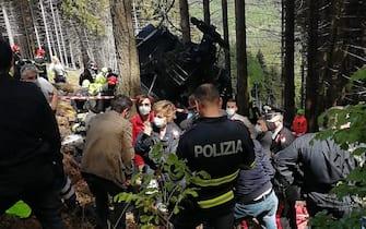 I soccorsi sul Mottarone, dove è precipitata una cabina della funivia