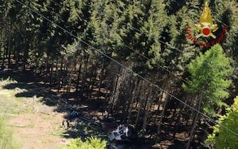 Una veduta dall'alto della cabina della funivia Stresa-Mottarone precipitata il 23 maggio