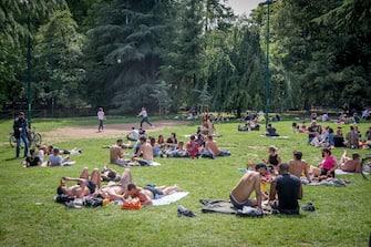 Giovani prendono il sole a Milano