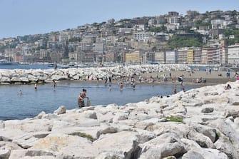 Folla sul lungomare a Napoli