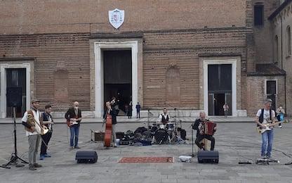 Padova, cantano Bella Ciao su sagrato Duomo. Il prete li allontana