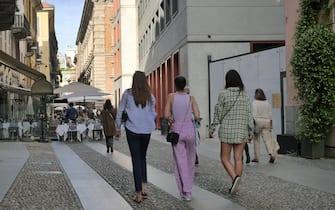 Occupazione suolo pubblico, causa molta gente e la concessione a Bar e ristoranti di spazi all'aperto, la domenica in centro Milano si creano molti assemblamenti in alcune vie.