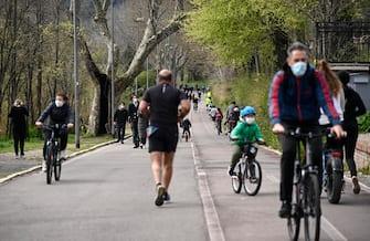 Ciclisti e gente a passeggio a Ponte Milvio  in occasione della domenica ecologica, Roma, 21 marzo 2021. ANSA/RICCARDO ANTIMIANI
