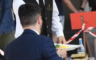 Un cameriere, con il volto coperto da una mascehrina sanitaria, serve un cliente in un ristorante nel centro di Milano, 28 maggio 2021.Il 23% degli italiani ha intenzione di andare al ristorante o al bar nei prossimi mesi molto più spesso di come ha fatto nel 2019. E' quanto emerge da un sondaggio Ipsos, secondo il quale, inoltre, in una scala da 1 a 10, la mancanza di pranzi o cene fuori casa, soprattutto per passare tempo con la famiglia e gli amici raggiunge quasi il punteggio massimo (8,4) e per quanto riguarda le scelte del menù, in futuro il 61% presterà molta più attenzione alla qualità che alla spesa e il 73% alla salute, contro un 23% che continuerà a puntare al 'gusto senza compromessi'. ANSA/DANIEL DAL ZENNARO