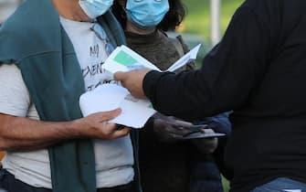 Green pass in mano a due persone dopo la vaccinazione