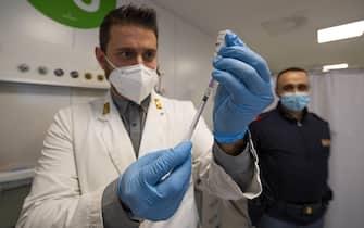 Il centro vaccinazioni del Policlinico a Fieramilanocity durante le vaccinazioni alle forze del ordine, Milano,  22 Febbraio  202.  ANSA/Andrea Fasani
