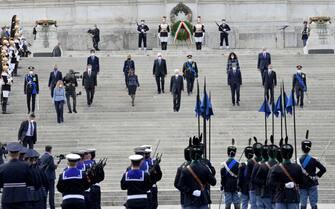 Un momento delle celebrazioni per la Festa della Repubblica presso il monumento al Milite Ignoto in piazza Venezia a Roma, 2 giugno 2021. ANSA/CLAUDIO PERI