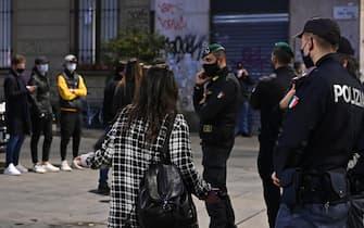 Polizia fa rispettare il coprifuoco a Torino
