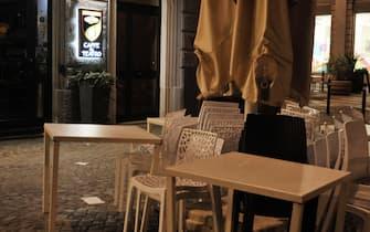 Bar chiusi nella prima sera di 'coprifuoco' a metà, come prevedono le ultime misure del governo Conte per tentare di arrestare l'avanzata impetuosa dei contagi da Covid, Ancona, 26 ottobre 2020