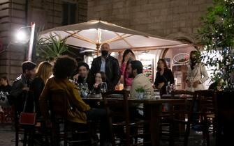 Clienti ai tavoli di un ristorante dopo la riapertura prevista dalle nuove norme sulla pandemia