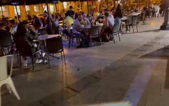 Gente in un locale a Cagliari durante il primo giorno di zona bianca